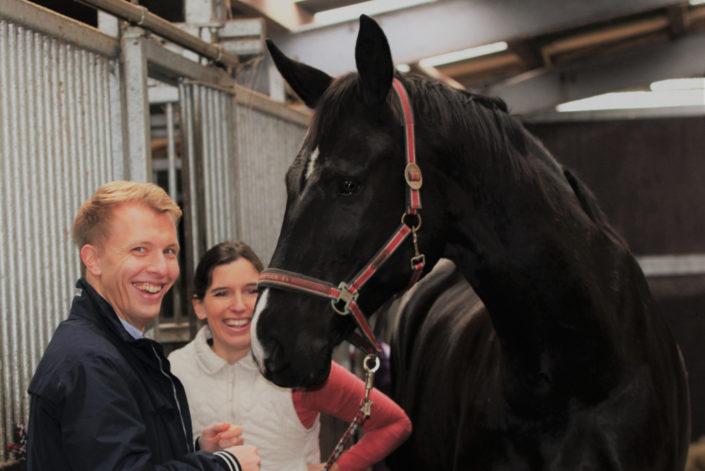 Pferd und Mensch sind sehr zufrieden und glücklich nach der osteopathischen und energetischen Behandlung